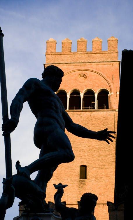 silhouette tower bologna man statue силуэт статуи на фоне башни в Болонье автор Демидов Игорь