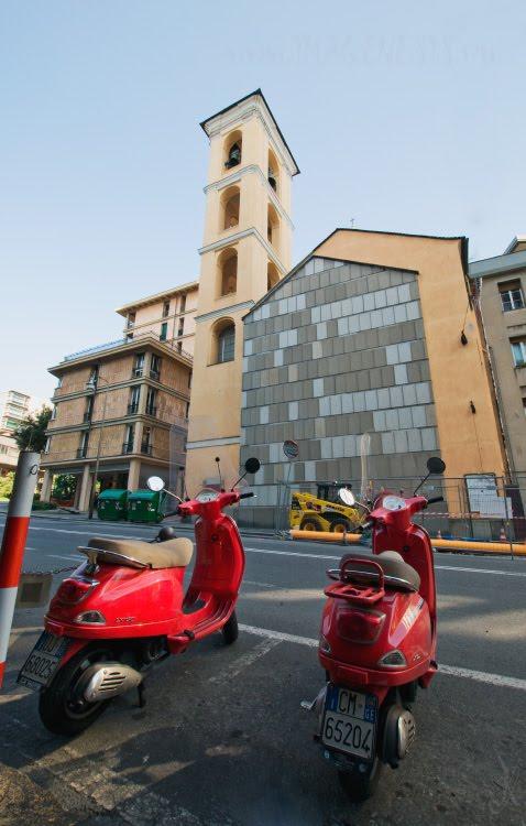 vespa moto church Genova две красные веспы на фоне церкви в Генуе автор Демидов Игорь
