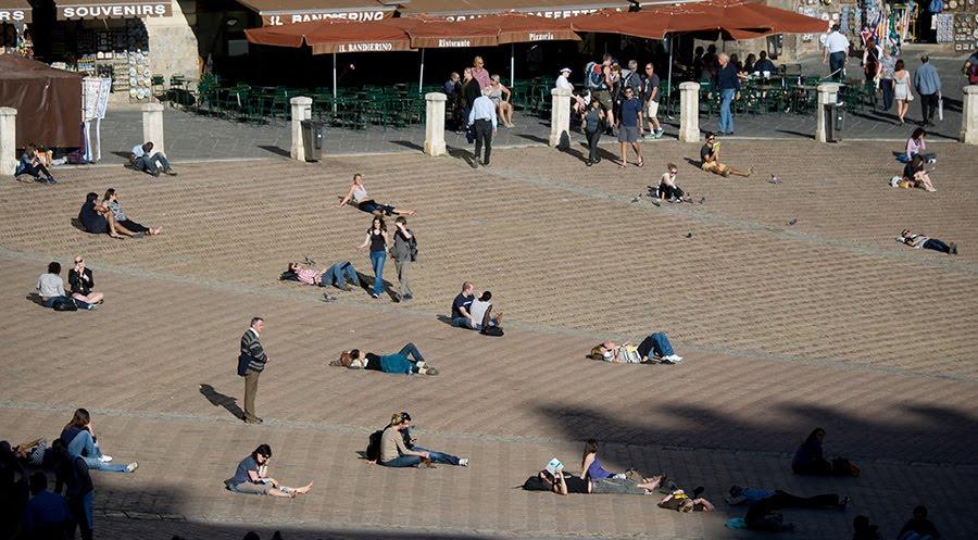 Пьяцца дель Кампо в Сиене люди сидят на земле отдыхают Автор Демидов Игорь Poazza del Campo Siena people seating on the ground