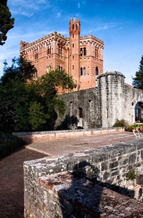 brolio castel tusvcany chianti stone walls red brick стены замка Бролио в Тоскане провинция Кьянти каменные стены кирпичный замок автор Демидов Игорь