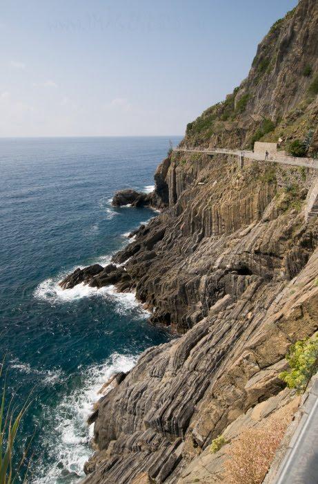 love path Cinque Terra Via dell' Amore дорога любви в Чинкве Терра обрыв море скалы автор Демидов игорь