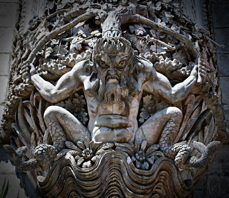 Свирепый грозный Посейдон Нептун ноги как рыбы тритон древний бог автор фотографии Демидов Игорь Poseidon Neptun ancient god threatening Pena palace Sintra