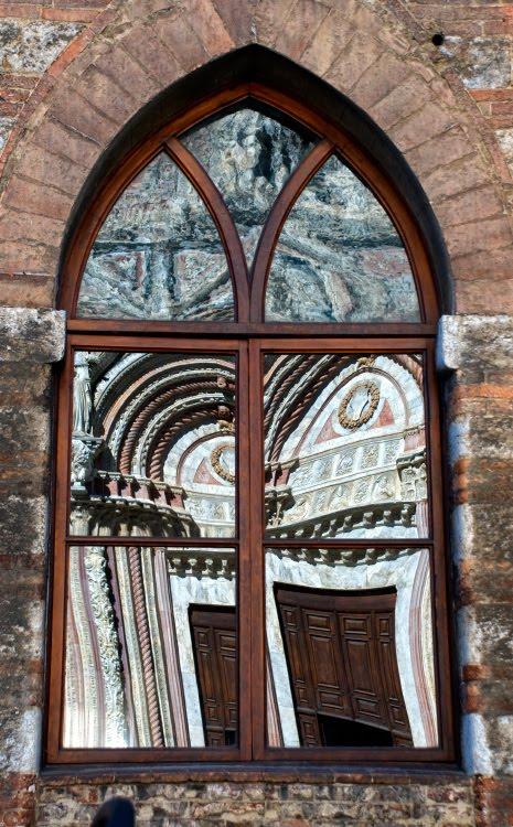 Отражение Сиенского собора в стрельчатых окнах автор Демидов Игорь reflection of Siena church in lancet window