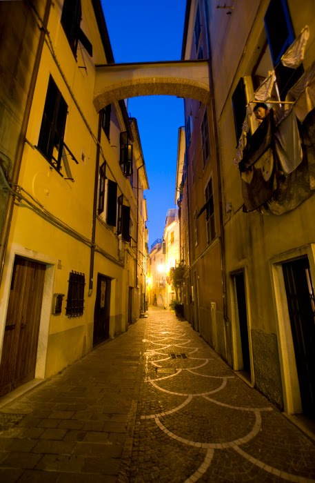 Pietra Ligure narrow street in the evening woman at balcony Узкая улочка Пьетра Лигуре женщина среди белья на балконе автор Демидов Игорь