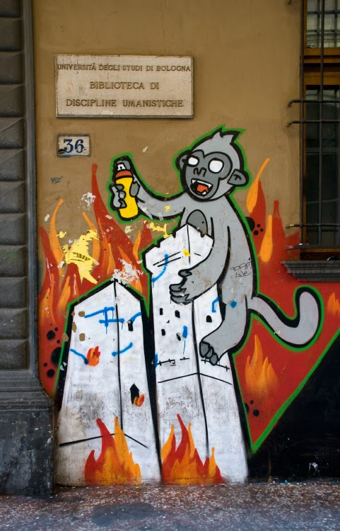 Bologna graffiti King Kong two falling towers Кинг Конг на двух падающих башнях Болоньи рисунок на стене граффити автор фото Демидов Игорь mural painting