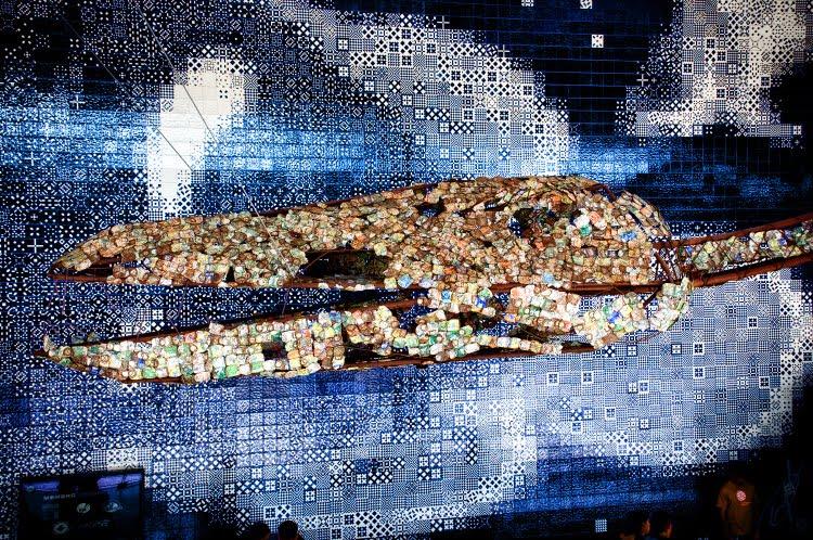 Голова динозавра из жестяных и алюминиевых банок в Аквариуме Лиссабона автор Демидов Игорь Dino head made of aluminium cans in Lisbon aquarium