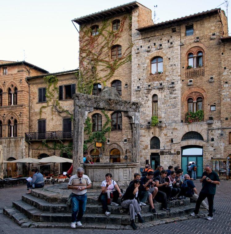 Люди дружно едят мороженное на площади Сан Жеминиано автор Демидов Игорь People eating ice-cream on San Gemignano square
