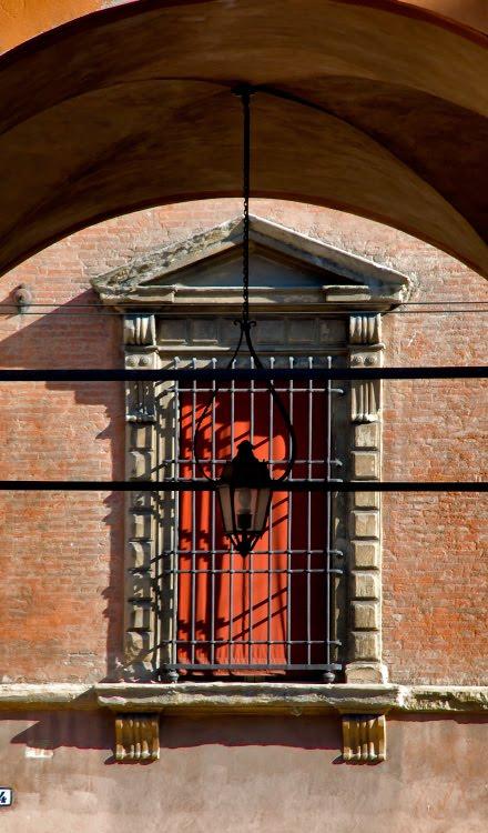 Болонья фонарь окно красные занавески арка решётка автор Демидов Игорь Bologna street lamp window fence red curtains