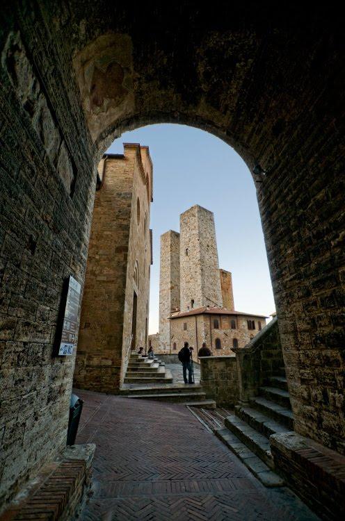 Башни Сан Джиминиано в арке ворот автор Демидов Игорь towers of San Gimignano in the gate arch