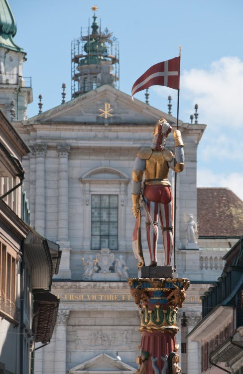 статуя воина смотрящего вдаль на храм вид сзади автор Демидов Игорь statue of warrior looking at church