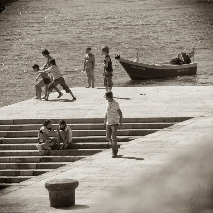 Дети играют на набережной сталкивают мальчика в воду автор Демидов Игорь children play on the enbankment pushing boy to the water