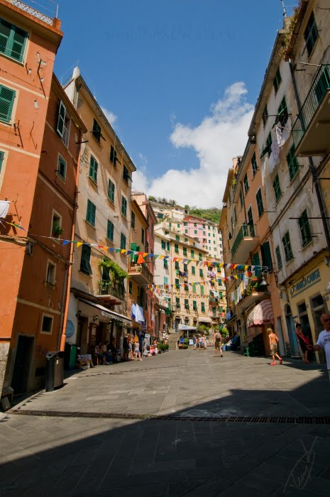 Улица с флажками Риомаджоре Чинкве Терра Riomaggiore Street at Cinque Terra автор Демидов Игорь