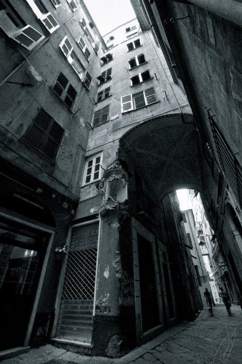 narrow and dark Genova street arches and shutters узкая тёмная улица Генуи арки тени ставни автор Демидов Игорь
