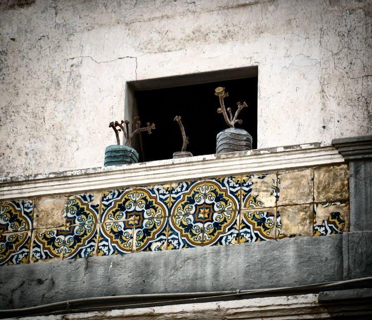 балкон цветы сухие орнамент плитка изразцы balcony dry flowers Portugal ornamented tile автор Демидов Игорь