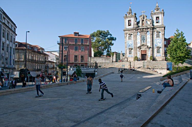 Скейтбордисты площадь Порту храм молодежь автор Демидов Игорь Portu skateborders church square
