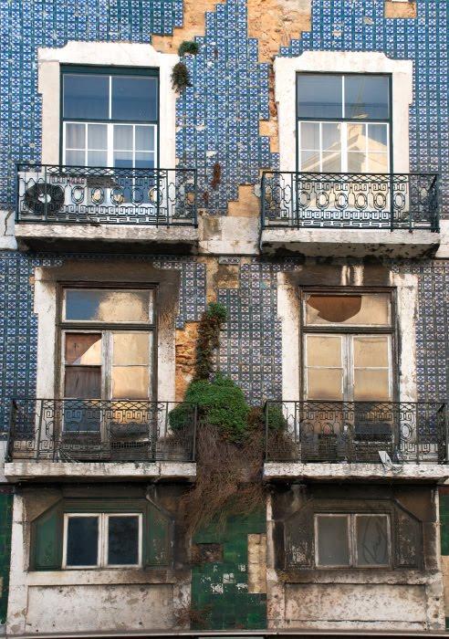 Португалия изразцовые стены старый на половину покинутый дом балкон растения трещины автор демидов Игорь Lsbon ornamented tile on walls half abandoned house destruction decay
