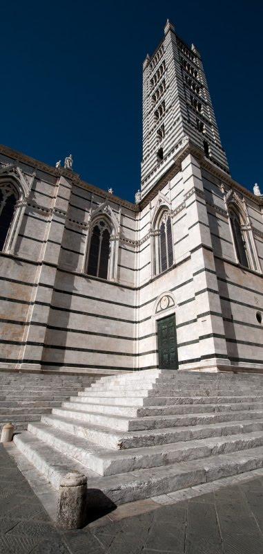 колокольня собора Сиены полосатая перспектива автор фото Демидов игорь Siena duomo belltower black and white