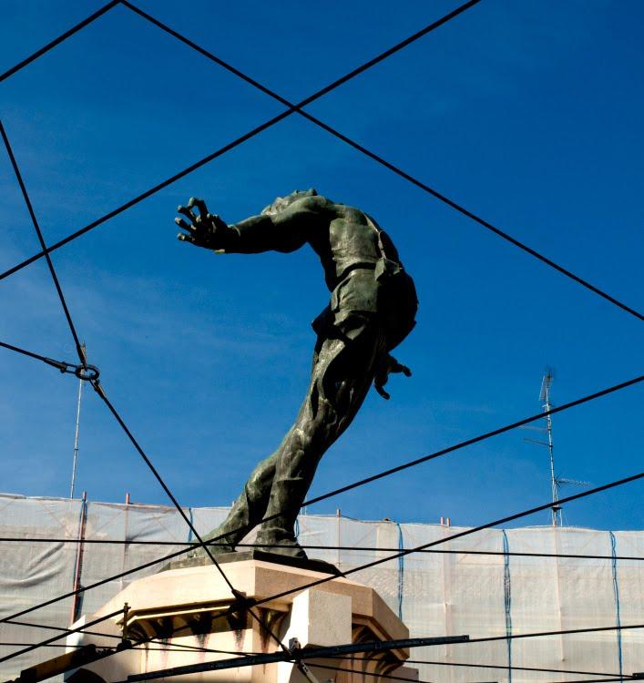 Филиппо Корридони Filippo Corridoni памятник в парме итальянскому синдикалисту в путах проводов автор фото Демидов Игорь monument in Parma in wires