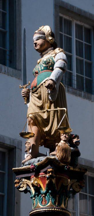 статуя правосудия в Золотурне широкие толстые щеки золотые весы меч автор фото Демидов Игорь Solothurn justice sculpture