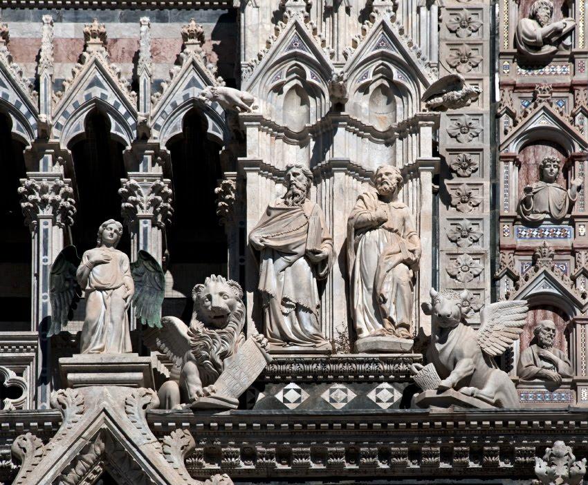 Бык лев и ангел с черными крыльями на фасаде собора Сиены  bull lion and angel with black wings on Siena cathedral faсade
