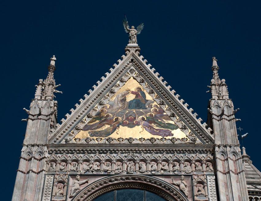 Треугольный золотой портик на соборе Сиены автор фото Демидов Игорь Siena cathedral  triangle golden portico