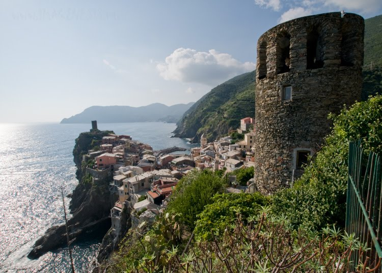 two defensive towers at Vernazza две защитные башни в Вернацце атвтор Демидов Игорь
