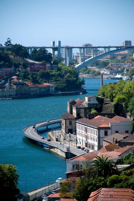 Португалия Порто Доро берег дорога вьётся мост вдали автор Демидов Игорь Portugal Porto Doro twisting road enbankment sunny day