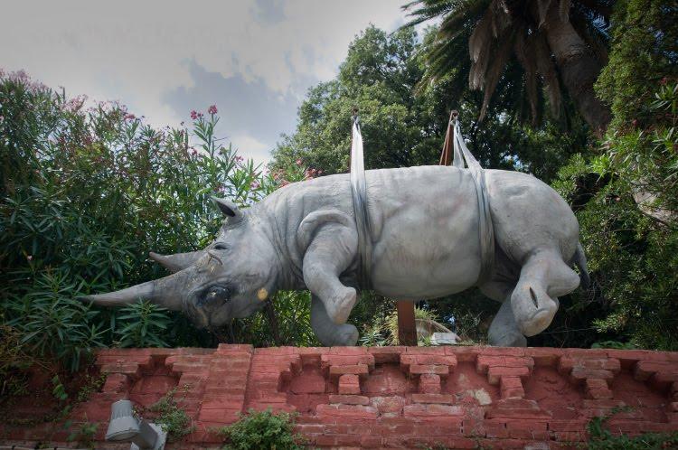 памятник висящему носорогу в Портофино автор фото Демидов Игорь hanging rino statue in Portofino