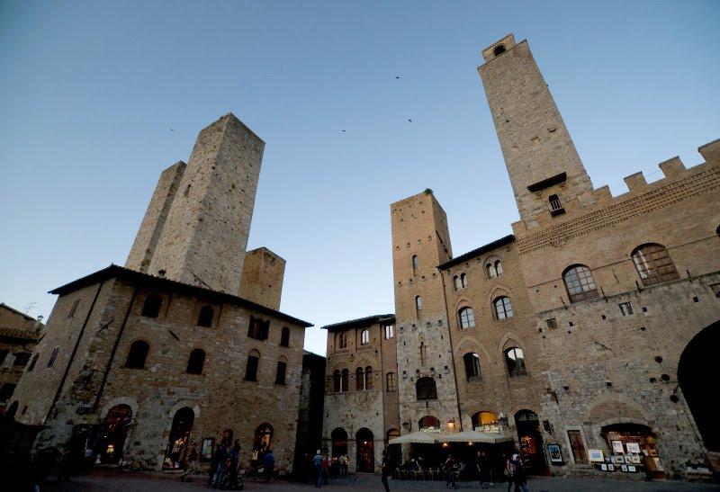 Площадь Сан Джиминиано башни средневековые вечер автор Демидов Игорь square at San Gimignano center  old towers evening